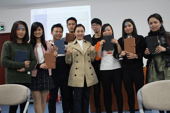 游戏获奖学生和学习中心主任合影
