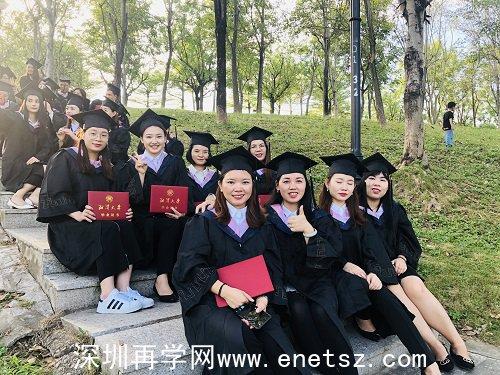 2019年深圳在职学习中心成人高考毕业生留影